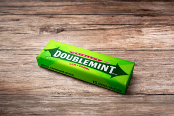 Free Chewing Gum Packaging Mockup In PSD